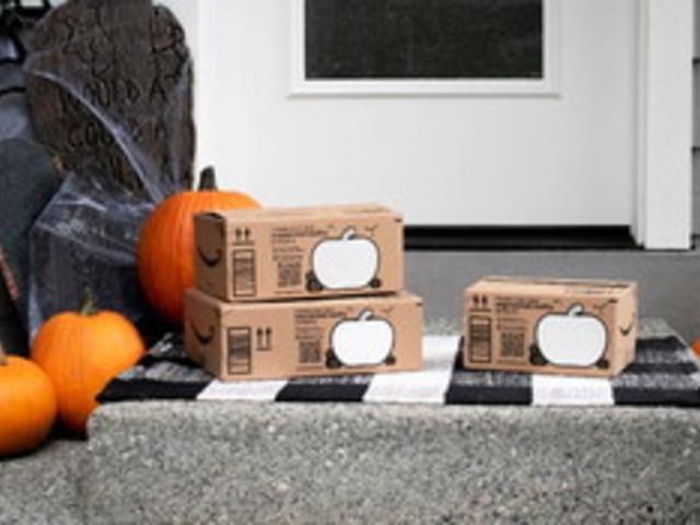Sulle scatole delle consegne di Amazon le zucche prendono vita