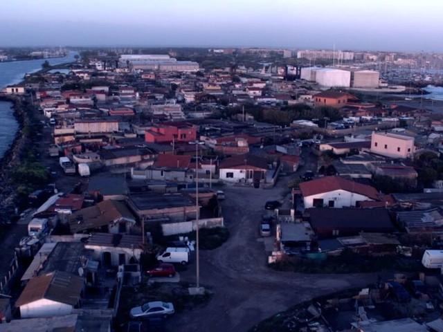Un lembo di terra tra fiume e mare: ecco la storia di 500 famiglie che non vogliono lasciare la loro casa