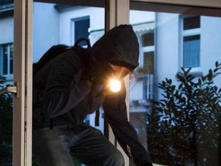 Trova il ladro in casa: proprietario lo blocca fino all'arrivo della polizia