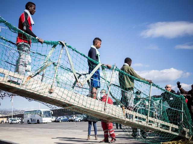 Ecco le cinque cose che Salvini dovrebbe fare (e non fa) per risolvere il problema migranti