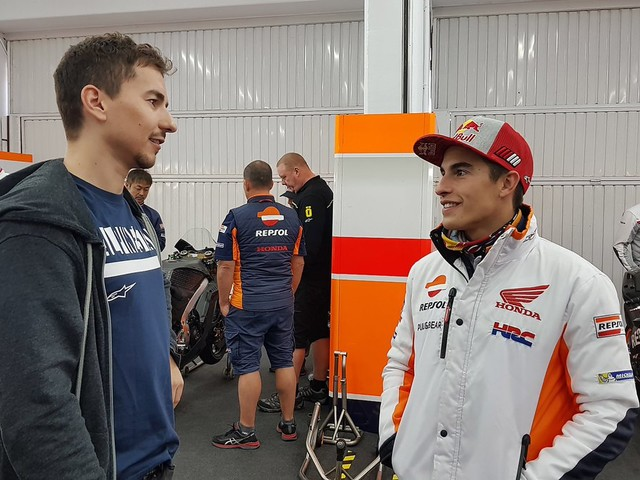"""Jorge Lorenzo irride Marquez: """"Sbaglio o sono più alto io?"""""""