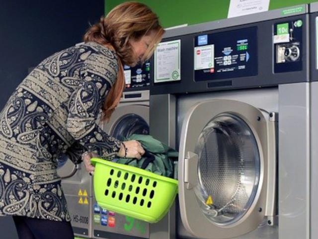 Ecco a cosa bisogna sempre fare attenzione quando si lavano e asciugano vestiti neri