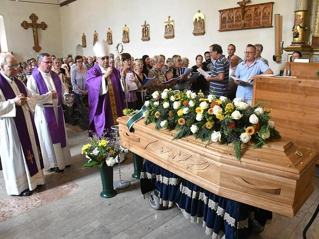 """Una folla oggi al funerale di """"don Clic"""" Celestino Tomasi"""