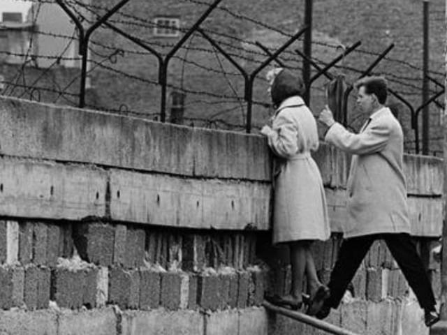 LA CADUTA DEL MURO DI BERLINO/ Quando David Bowie dedicò Heroes ai giovani dell'est