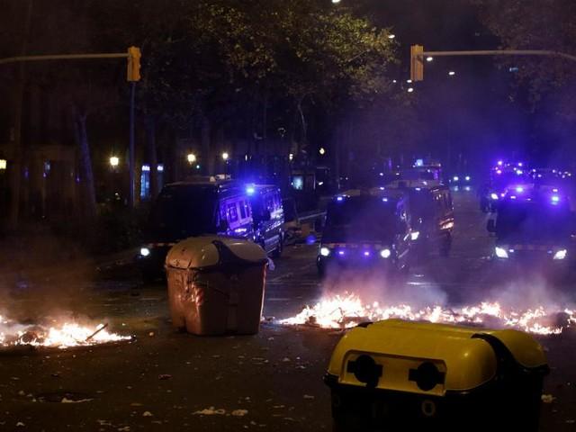 Catalogna: terza notte di proteste tra focolai scontri e ferimenti