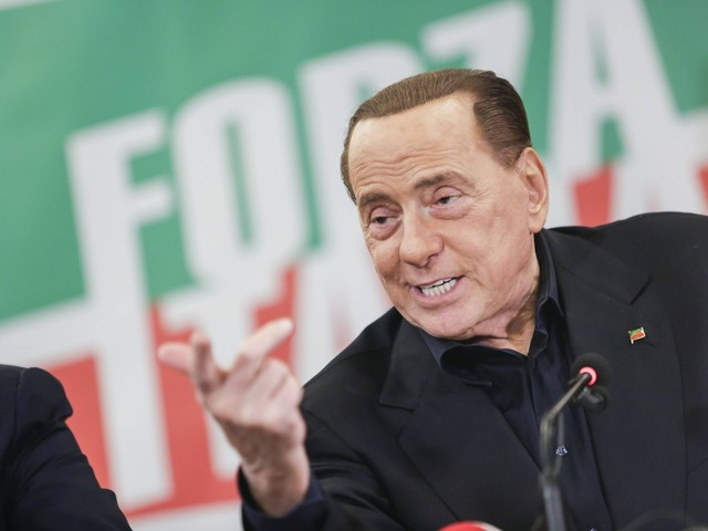 """Berlusconi serra le file: """"Siamo il centrodestra. Noi mai con i renziani"""""""