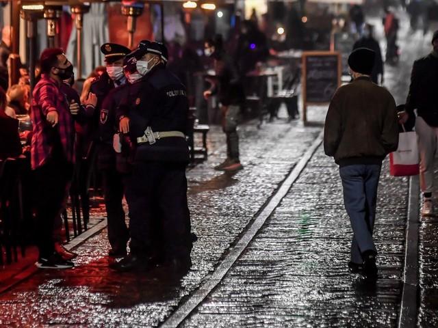 Milano, in duemila violano il coprifuoco alle Colonne di San Lorenzo: lanci di bottiglie contro la polizia. Strade chiuse a Roma