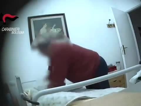 La casa di riposo degli orrori: le violenze sui pazienti