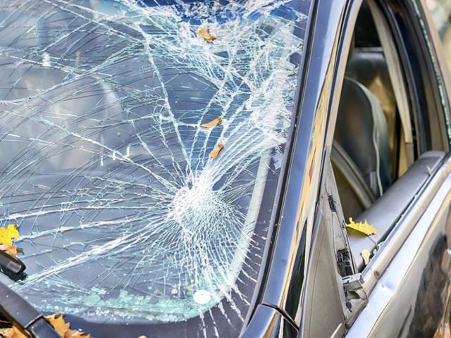 Lite per un sorpasso: uomo spara contro un'auto