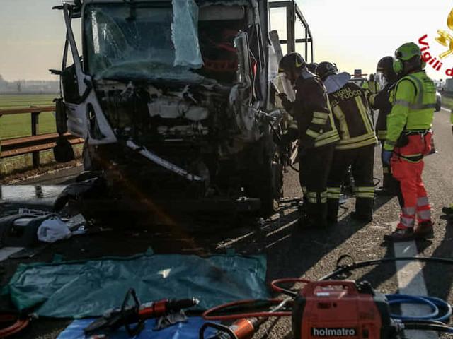 Tragico tamponamento tra mezzi pesanti sulla A22: morta una persona