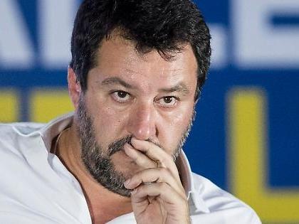 """Giuseppe Conte """"scippa"""" la polizia a Matteo Salvini: il governo ricicla le promesse del leghista"""