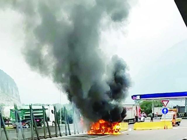 A22, cane muore nell'auto in fiamme parcheggiata nell'area di servizio Adige Ovest mentre i due occupanti erano scesi - I VIDEO