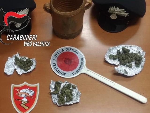 Marijuana nascosta nel giubbino e in casa, arrestato giovane vibonese