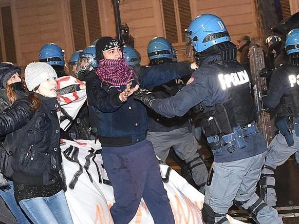 Guerriglia nel centro di Torino al corteo contro CasaPound