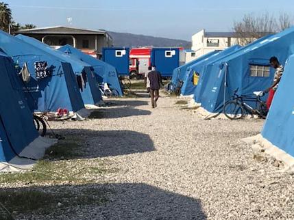 """I migranti distruggono l'ufficio della tendopoli, """"Vogliamo i soldi, non il cibo"""""""