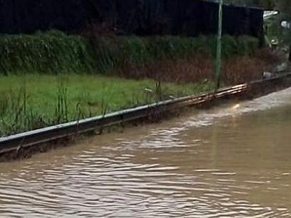 Maltempo: la strada si trasforma in un fiume con cascata nell'Imperiese