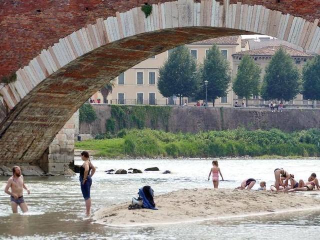 Verona, ondata di caldo: l'Adige diventa una «piscina» con vista
