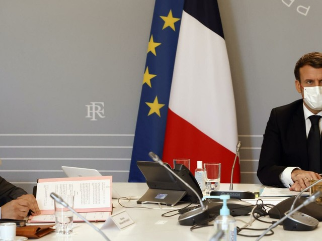 """Francia, svolta per gli islamici: un giuramento """"salva"""" Macron"""
