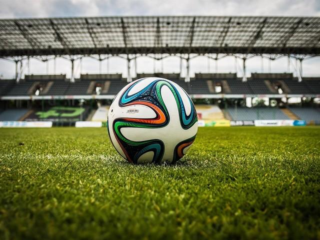 Il calcio che riparte e l'abbraccio colpevole che non dovrà esserci