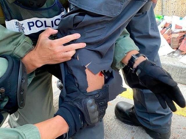 Ancora scontri a Hong Kong, agente colpito da una freccia e scuole chiuse lunedì