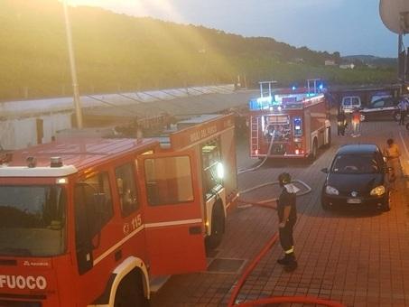 Casa distrutta dalle fiamme: paura in via Meucci