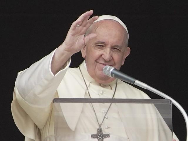 """Il Papa condanna i porti chiusi: """"Intollerabile mandare indietro migranti"""""""