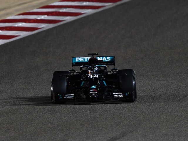 F1, qualifiche del GP Bahrain: Lewis Hamilton si prende la 98ª pole in carriera. Disastro Ferrari