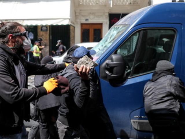 Francia in piazza contro la riforma delle pensioni, scontri a Parigi: rogo al centro di Place de la Republique