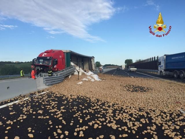 Ancona, incidente sulla A14: autostrada invasa da patate - Foto e Video