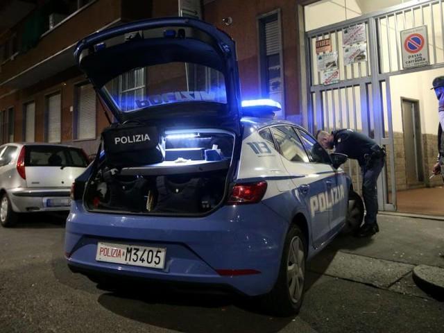 Milano, donna morta accoltellata in casa/ Fermato marito: cercava di investire agenti