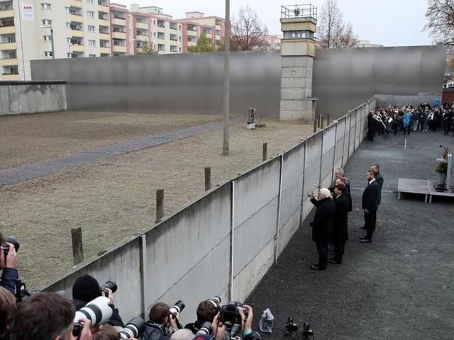 Trent'anni fa la caduta del Muro, Merkel celebra il «giorno fatidico» - Cittadini e imprese in fuga dall'Est: riunificazione tedesca incompiuta - Berlino, al di là del muro