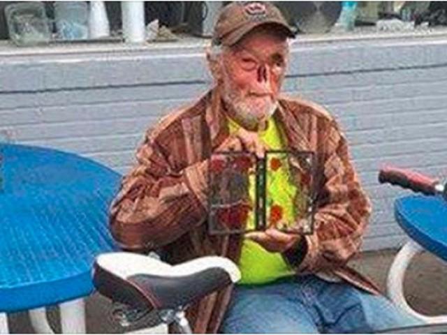 Usa, senza occhio e naso a causa del tumore, la cameriera lo caccia: 'Spaventi i clienti'