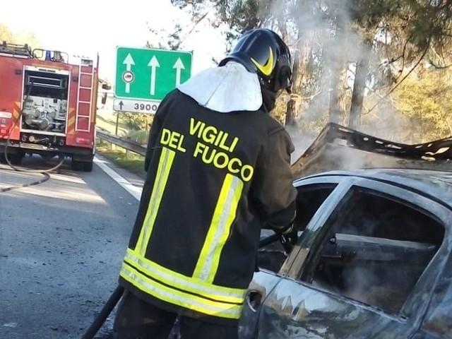 Paura sull'A16: auto in fiamme con famiglia a bordo