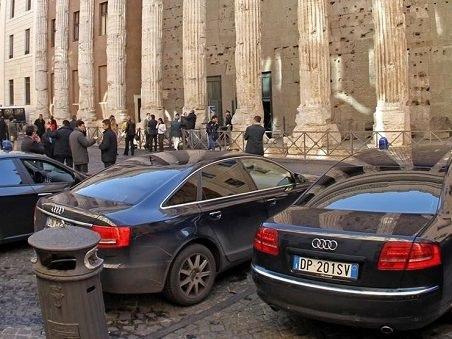 A Roma Virginia Raggi ordina 93 auto blu, bufala o verità? Spunta un link ufficiale