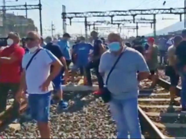 """Whirlpool, i lavoratori occupano i binari dell'alta velocità: """"Governo prenda posizione, avanti con le proteste finché non ritirano i licenziamenti"""""""