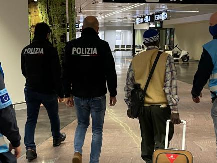 """""""Italia hub europeo dei rimpatri"""". A Fiumicino arriva il team di Frontex"""