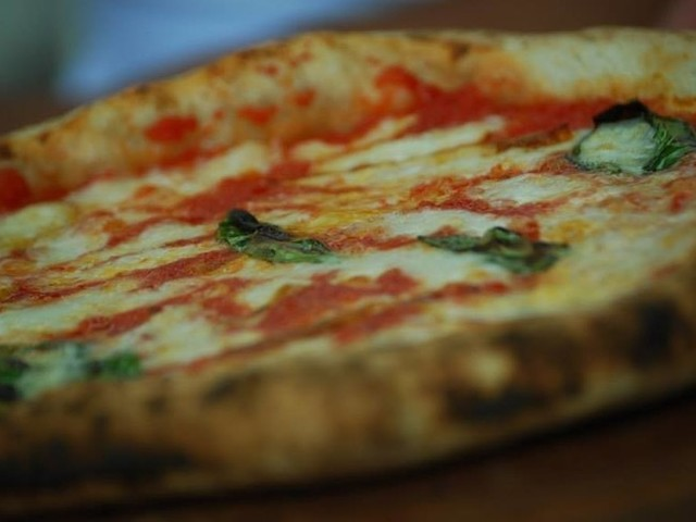 Gli italiani ordinano sempre più cibo a casa, regina resta la pizza