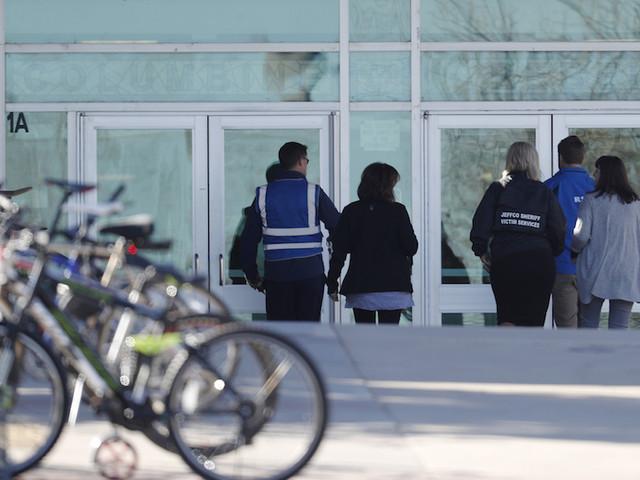 """Per via di una """"minaccia realistica"""" sono state rinforzate le misure di sicurezza della scuola superiore di Columbine in Colorado e altre scuole della zona"""