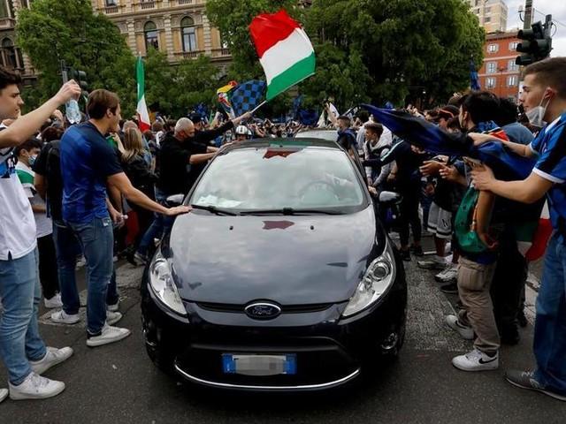 """Milano, la rabbia dei commercianti: """"Noi chiusi, i tifosi in piazza senza mascherina"""""""