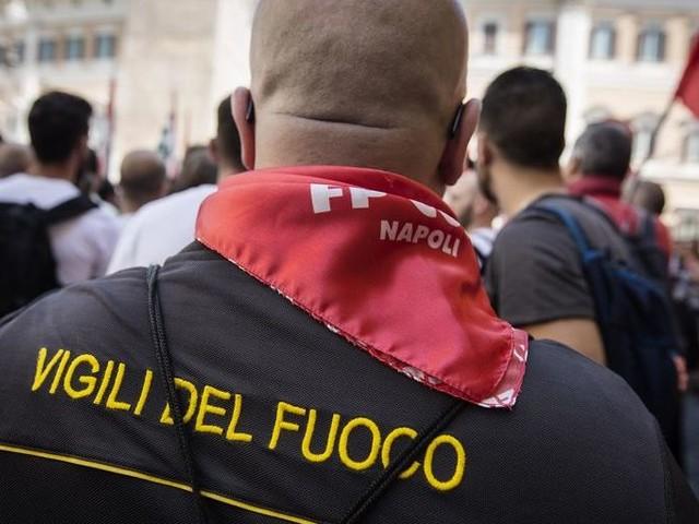 Vigili del fuoco in piazza per i diritti e il salario