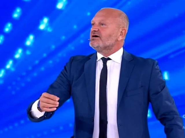 Andrea Pucci fa show ad Amici Celebrities: la semifinale è da ridere | video Witty tv