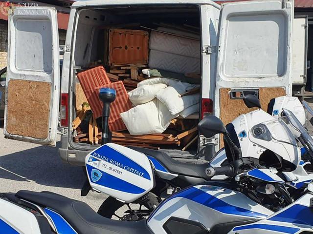 Oltre 300 chili di rifiuti trasportati illegalmente e mobili gettati nel cassonetto: i responsabili intercettati dalla Polizia Locale