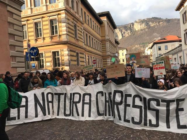 """""""Block Friday"""", la manifestazione partito da poco il corteo a Trento mentre la rotatoria è ancora libera"""