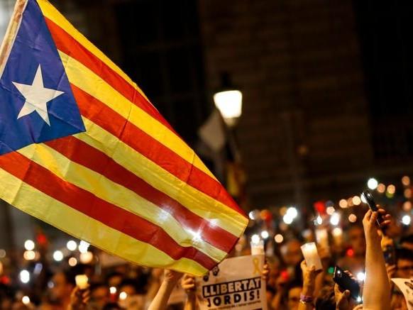 Rajoy:se Catalogna commissariata voto a gennaio. I separatisti:via i risparmi dalle banche «traditrici»