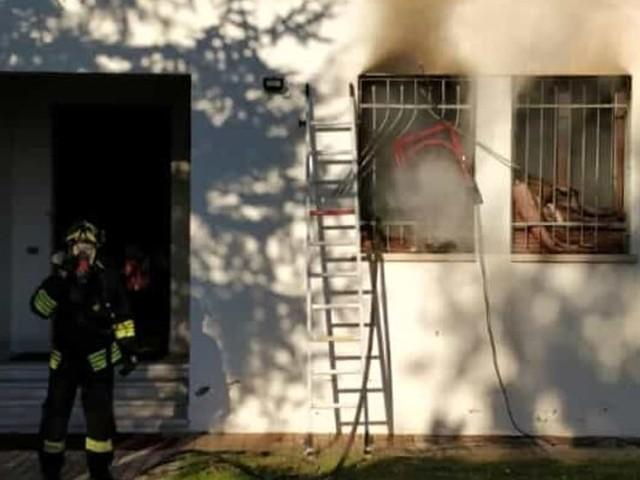 Rogo in canonica: il parroco prova a domare le fiamme poi arrivano i pompieri a salvarlo