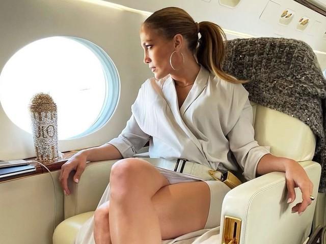 J.Lo viaggia in jet privato con la maxi Birkin e la borraccia personalizzata tempestata di cristalli