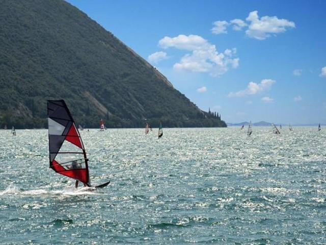 Windsurf, dove praticarlo in Italia? La guida regione per regione