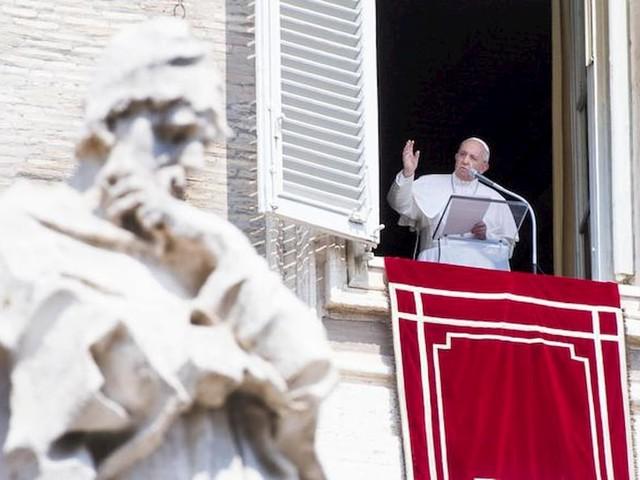 """Papa Francesco chiuso 25 minuti in ascensore: """"Scusate"""". E l'Angelus inizia in ritardo VIDEO"""