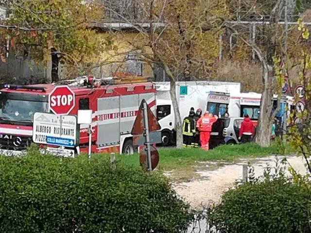 Incidente in via Flaminia, auto contro albero