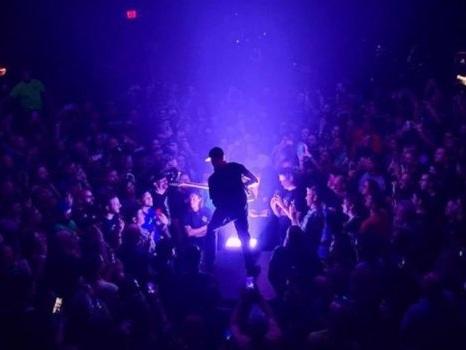 Tom Morello partecipa al brano Teeth dei 5 Seconds Of Summer con il suo stile inconfondibile (video, testo e traduzione)